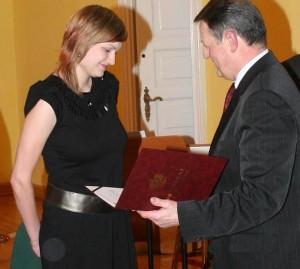 Kamila Brodowska odbiera nagrodę od prezydenta Józefa Gajewskiego (fot. Dariusz Stabiński)