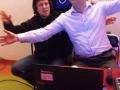4. Urodziny Suwalskiego Klubu Seniora animatorzy Paweł i Krzysiek śpiewają a, 21.02.2020 r., fot. Zofia Jakubowska